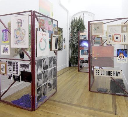 Vista da exposição 'THE UNIQUE INSTITUTIONAL CRITIQUE POP-UP BOUTIQUE', 2016